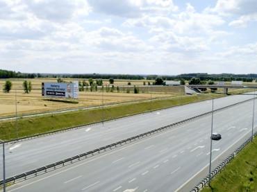 Reklama bilbordowa przy autostradzie